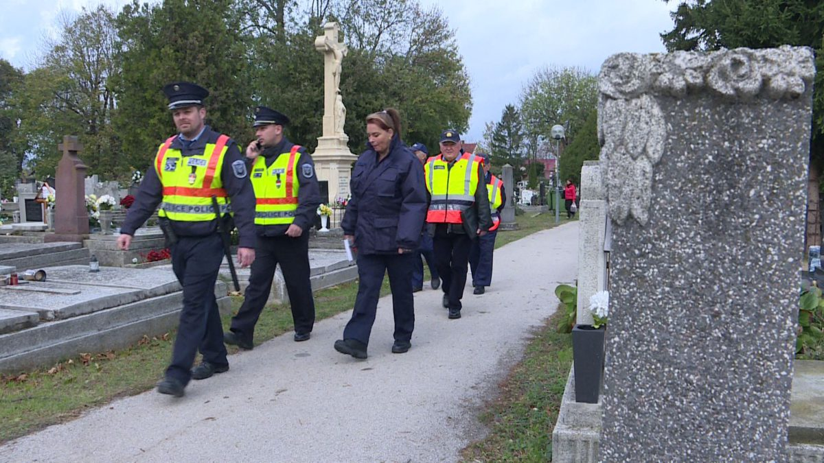 A temetőkben járőröznek