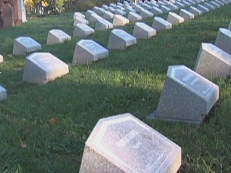 Katonai tiszteletadás a temetőkben