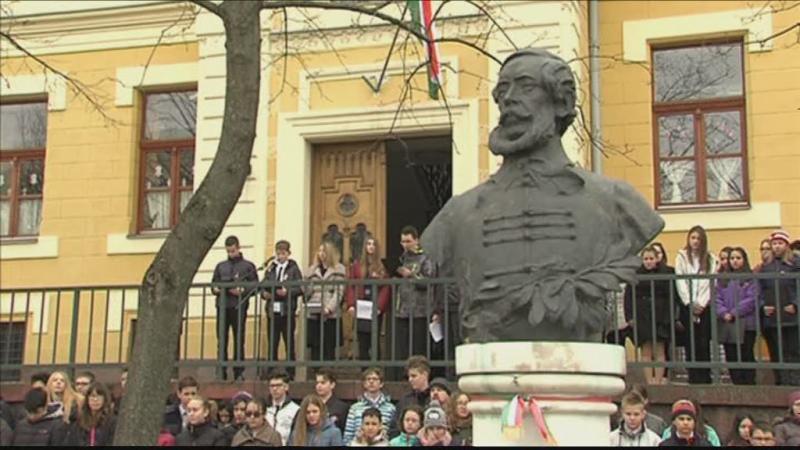 Koszorúk a Kossuth-szobornál