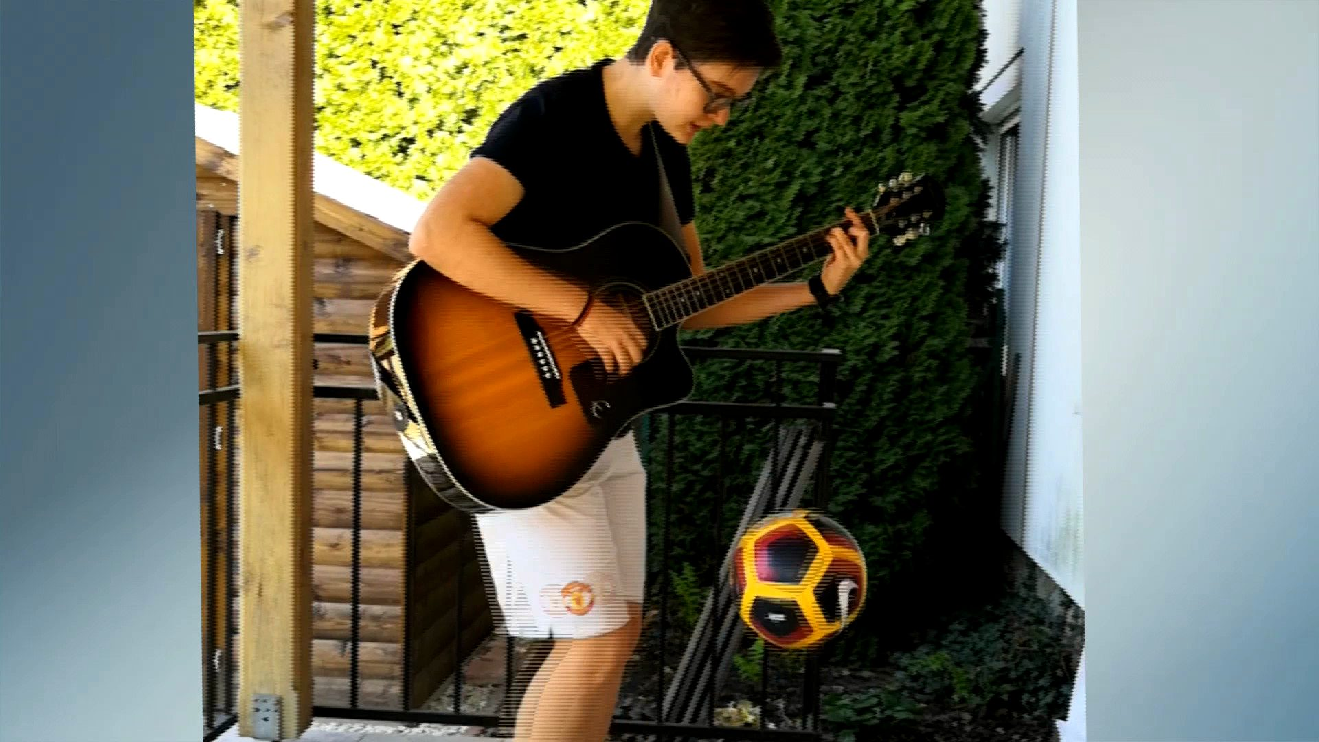Gitárral edz a focista lány